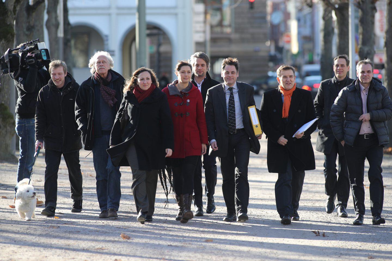 Meinhard (3.v.r.) mit Europa-Spitzenkandidat Patrick Breyer (2.v.r.) und der ehemaligen politischen Geschäftsführerin Katharina Nocun (5.v.l. im roten Mantel)